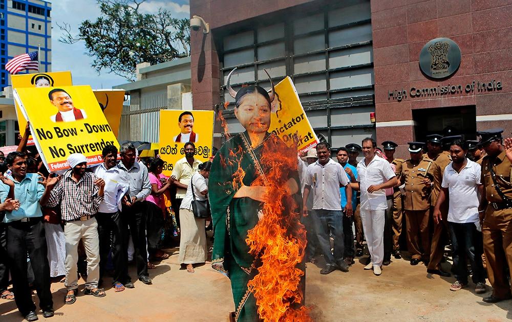 श्रीलंका के कोलंबो में इंडियर हाई कमिशन के बाहर विरोध प्रदर्शन के दौरान तमिलनाडु की मुख्यमंत्री जयललिता का पुतला जलाते हुए प्रदर्शनकारी।