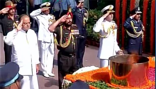 कारगिल विजय के 15 साल, शहीदों को रक्षा मंत्री और सेना प्रमुखों ने दी श्रद्धांजलि