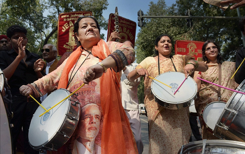 महाराष्ट्र विधानसभा चुनाव और हरियाणा विधानसभा चुनाव में जबर्दस्त जीत पर जश्न में भाजपा समर्थक।