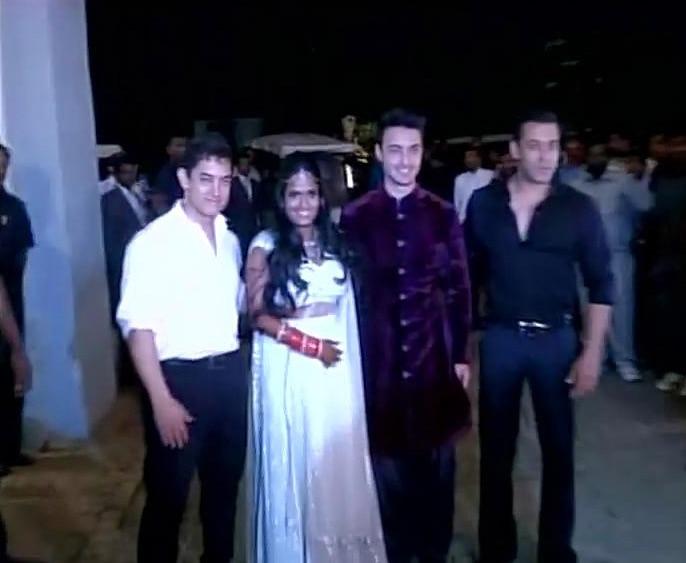 शादी में वर-वधू को आशीर्वाद देने के लिए बॉलीवुड अभिनेता आमिर खान भी पहुंचे।   (तस्वीर के लिए साभार- ट्विटर )