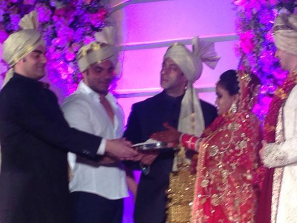 अपनी बहन अर्पिता की शादी के मौके पर तीनों भाईयों सलमान , अरबाज और सोहैल ने आशीर्वाद दिया।  (तस्वीर के लिए साभार- ट्विटर )