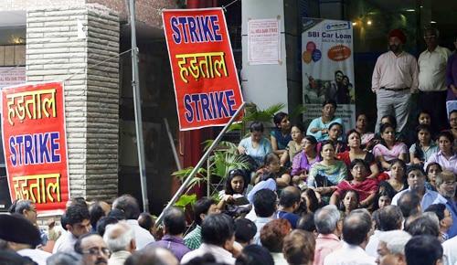 सरकारी बैंक के कर्मचारी हड़ताल पर, सरकार ने ATM में पर्याप्त रुपए रखने को कहा
