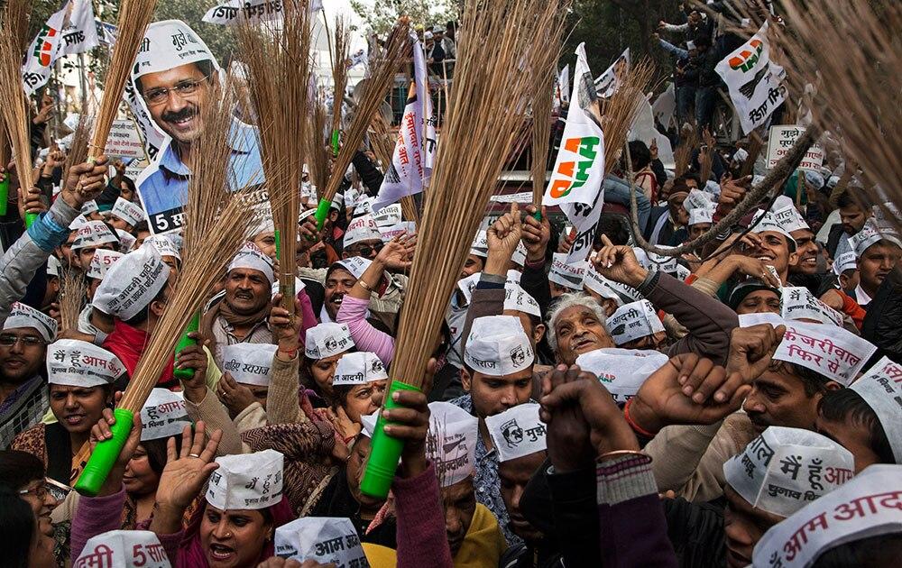 दिल्ली: विधानसभा चुनावों के मद्देनजर आम आदमी पार्टी के नेता अरविंद केजरीवाल की एक रैली के दौरान अपने हाथों में पार्टी का चुनाव चिन्ह झाड़ू थामे आम कार्यकर्ता।