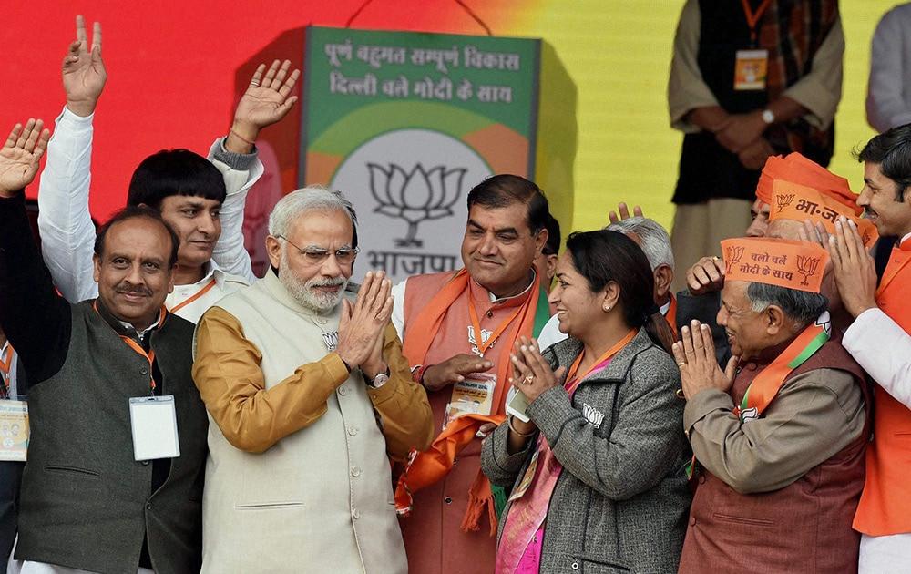 दिल्ली के रोहिणी में विधानसभा चुनावों के मद्देनजर एक चुनावी रैली में मंच पर बीजेपी नेताओं के साथ प्रधानमंत्री नरेंद्र मोदी।