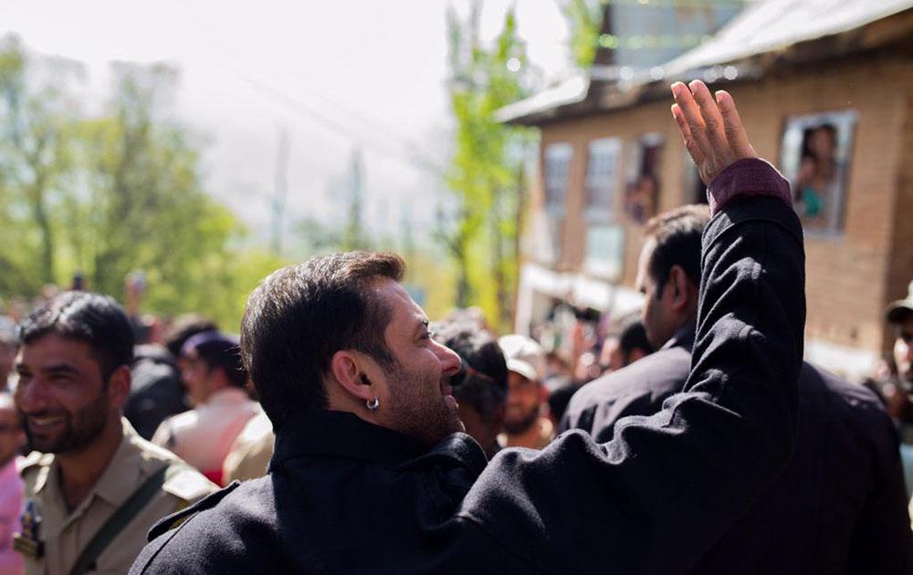 कश्मीर में फिल्म की शूटिंग के दौरान सलमान खान। (सौजन्य: ट्वीटर)