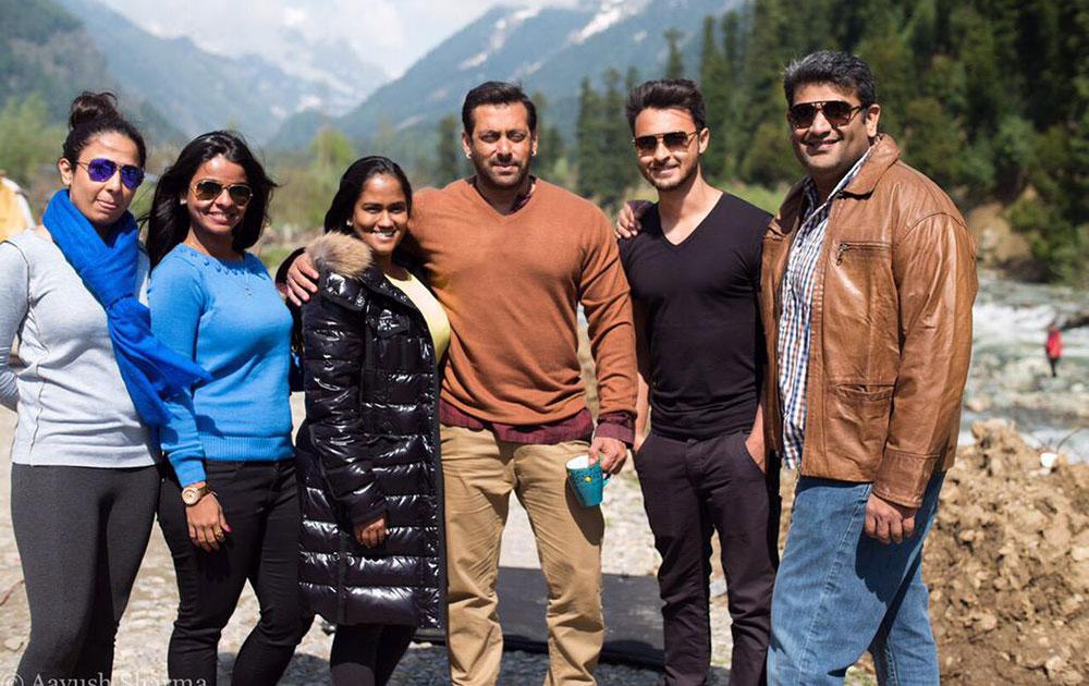 कश्मीर में सलमान खान, आयुष शर्मा व अन्य के साथ अर्पिता खान शर्मा। (सौजन्य: ट्वीटर)