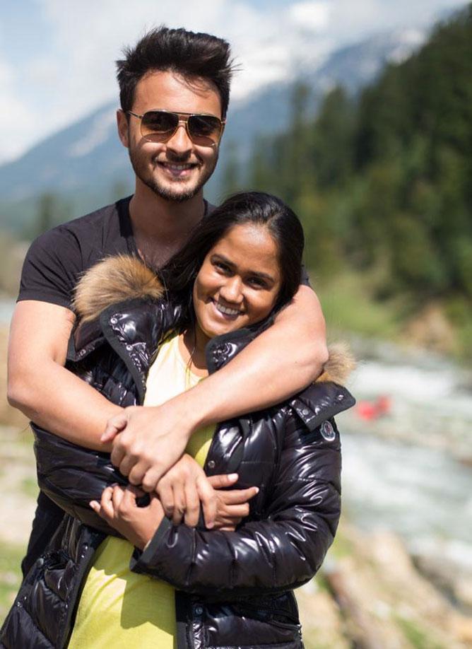 कश्मीर में पति आयुष शर्मा के साथ अर्पिता खान शर्मा। (सौजन्य: ट्वीटर)