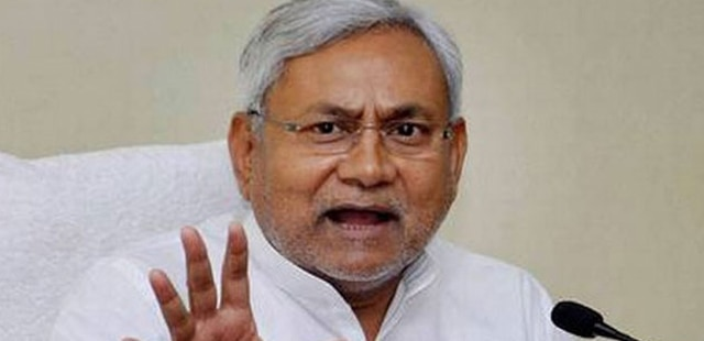 नीतीश कुमार की इफ्तार दावत में लालू, कांग्रेस नेता शामिल हुए