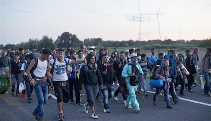 हंगरी सीमा के निकट पुलिस की घेराबंदी तोड़कर उत्तर की ओर आगे बढ़े सैकड़ों शरणार्थी