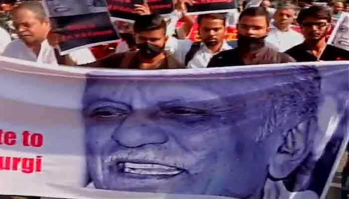 दिल्ली में साहित्य अकादमी के बाहर लेखकों का प्रदर्शन, मुंह पर काली पट्टी बांधकर जताया विरोध
