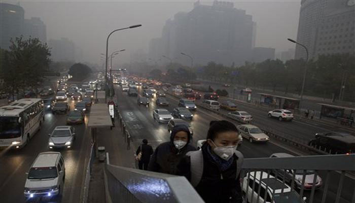 रेड अलर्ट के बावजूद खतरनाक धुंध से लिपटा रहा बीजिंग
