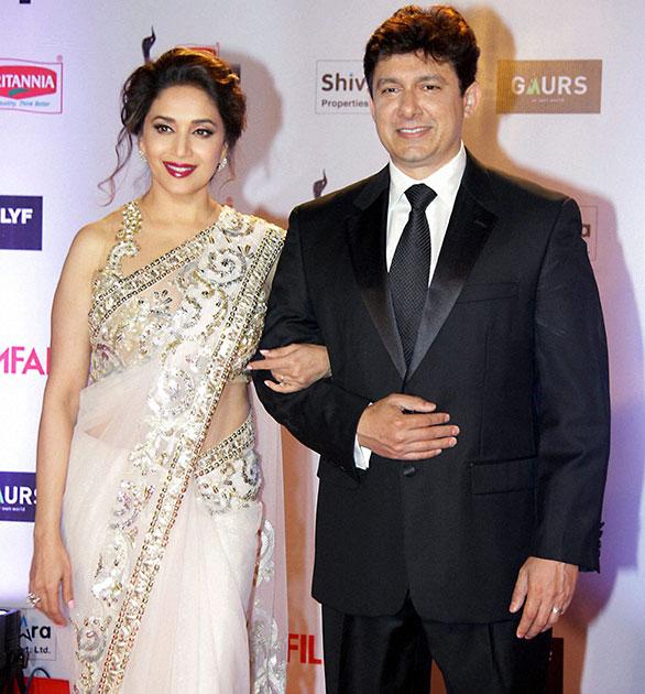 फिल्मफेयर अवार्ड समारोह के दौरान अपने पति श्रीराम नेने के साथ माधुरी दीक्षित।