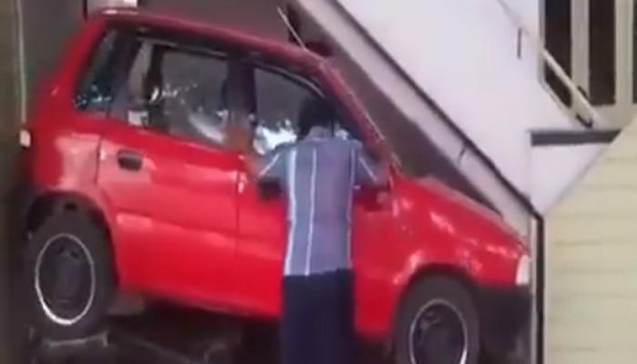 ऐसे भी हो सकती है कार पार्किंग, इस जुगाड़ को देख आप रह जाएंगे दंग- देखें Video