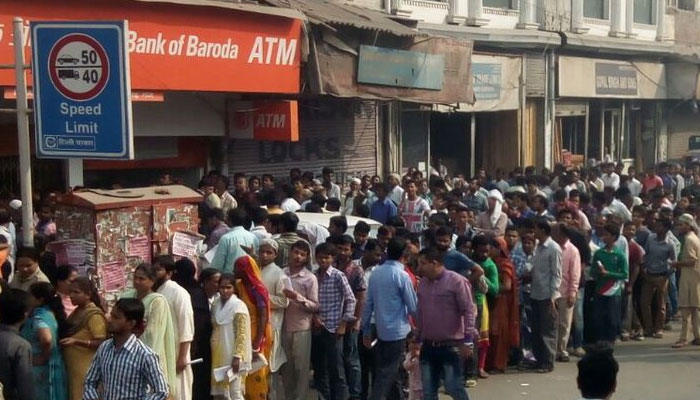 नोट बदलने के लिए बैंकों में लगी लंबी कतारें, कई ATM में कैश नहीं, लोगों में काफी नाराजगी