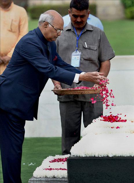 Ram Nath Kovind pays floral tributes to Mahatma Gandhi
