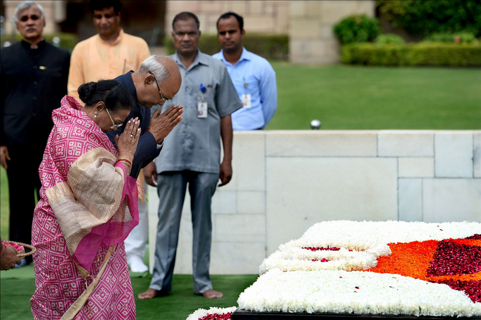 Ram Nath Kovind and his wife pay tributes to Mahatma Gandhi