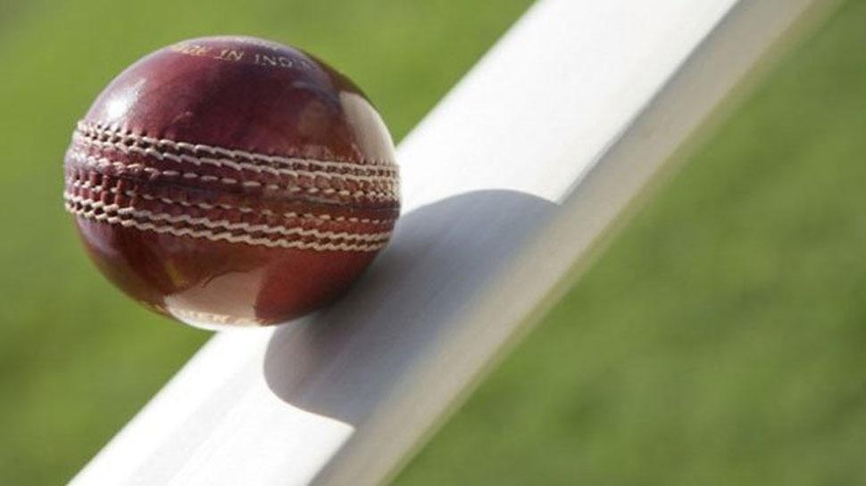 क्रिकेट के मैदान में अंपायरिंग कर रहे युवक की छाती में लगी बॉल, फिर हुआ वही हादसा