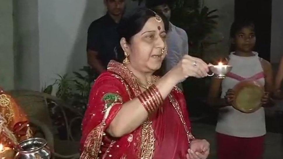 Video: विदेश मंत्री सुषमा स्वराज ने करवाचौथ पर कुछ अंदाज में खोला व्रत