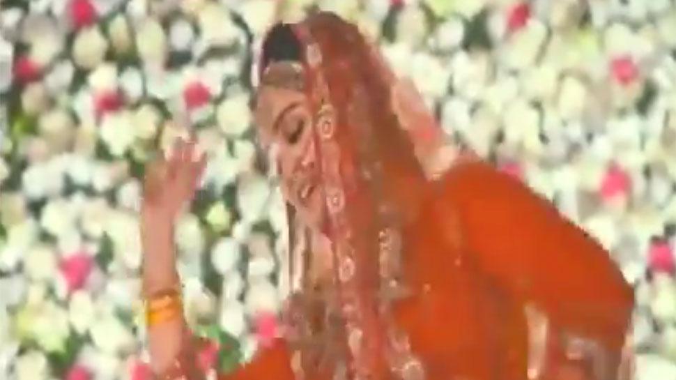 VIDEO: मुलायम सिंह की बहू अपर्णा ने 'पद्मावती' के गाने पर किया 'घूमर'