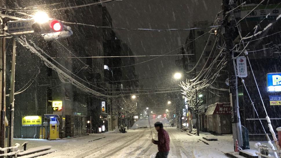 जापान में भारी बर्फबारी, 180 लोग घायल, चरमराई यातायात व्यवस्था