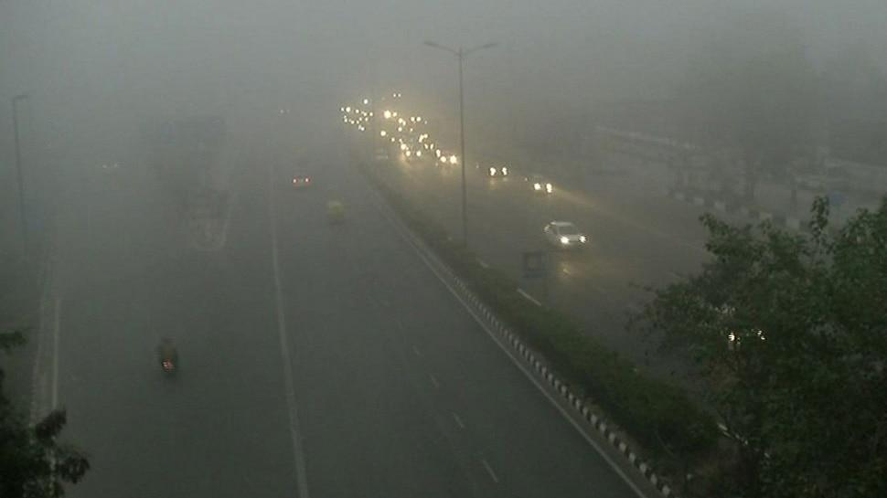 दिल्ली-NCR में कोहरे का कहर, कई उड़ानें बाधित, 18 ट्रेनें रद्द