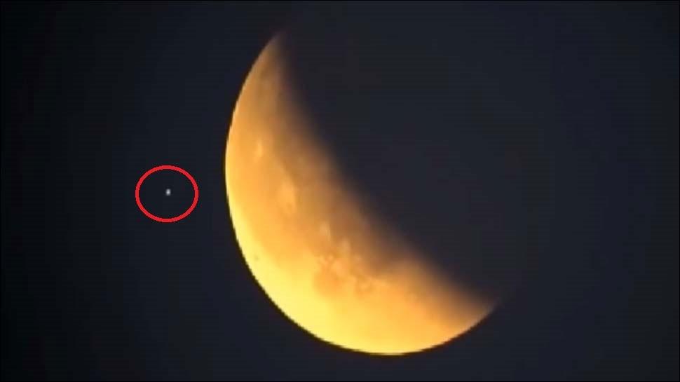 VIDEO : क्या सुपर ब्लू मून के दौरान चांद के पास घूम रहा था एलियन!