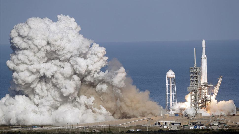 VIDEO: अमेरिका ने लॉन्च किया 'बाहुबली' रॉकेट, अपने साथ कार लेकर अंतरिक्ष यात्रा पर निकला
