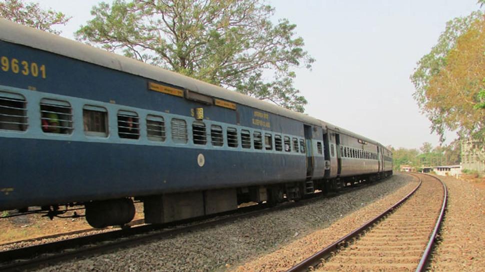 महिला ने नींद में टॉयलेट की जगह खोल दिया मेन दरवाजा, चलती ट्रेन से गिरकर मौत