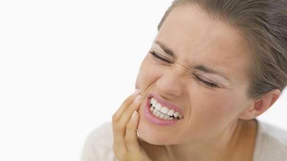 दांत के दर्द से हैं परेशान, तो आपकी रसोई में है इसका इलाज