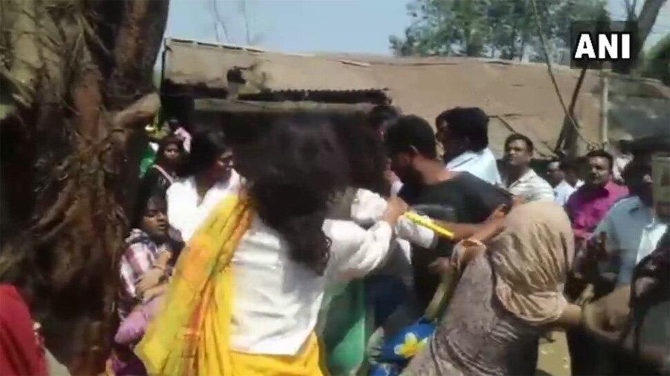 TMC कार्यकर्ताओं ने विरोध कर रही लड़कियों को खींचा, धक्का-मुक्की कर जमीन पर गिराया