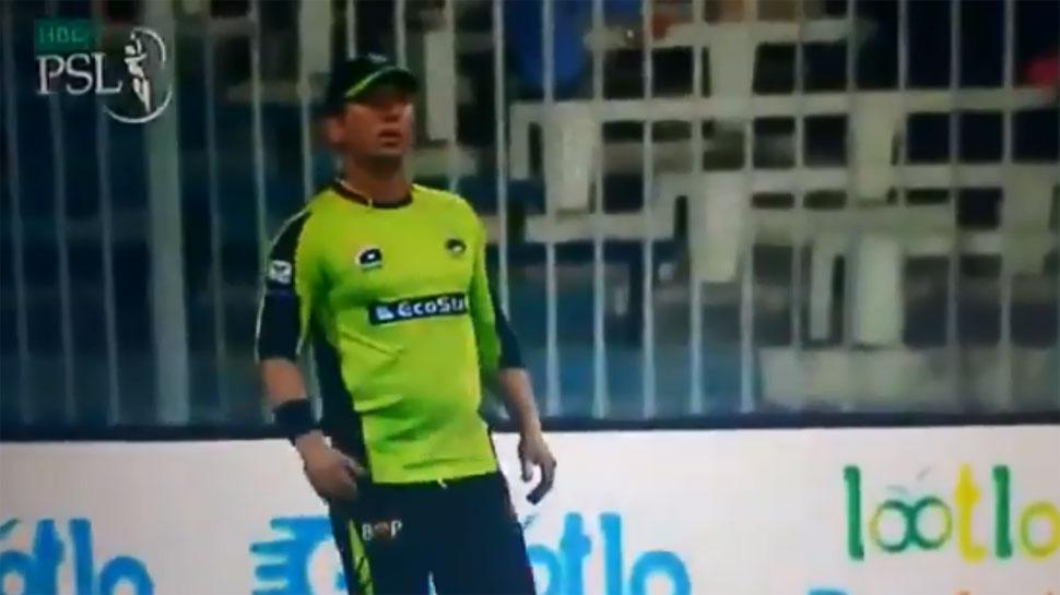 VIDEO: आवाज लगाने की बजाय बॉलर ने फील्डर पर फेंकी गेंद, हो गया झगड़ा
