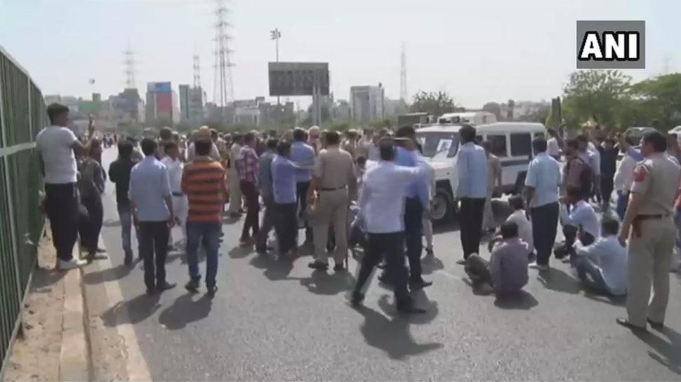 गुरुग्राम में ओला ड्राइवरों का हंगामा, पुलिस ने चलाई लाठी तो उधर से हुई पत्थरबाजी