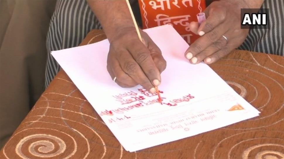 SC/ST एक्ट: हिंदू महासभा ने खून से लिखी पीएम मोदी को चिट्ठी, 'वापस लें रिव्यू पिटीशन'