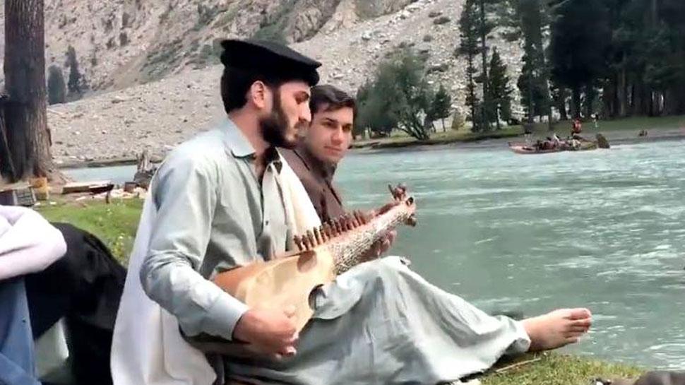VIDEO :...जब पाकिस्तान में झील के किनारे इस शख्स ने बजाया 'दिल ने ये कहा है दिल से'