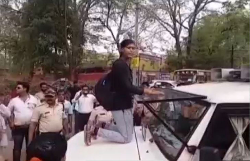 Daughters fight with policeman to save father