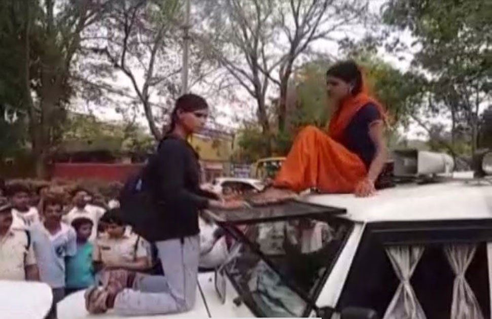 Madhya Pradesh Daughters fight with policeman to savefather to arrest
