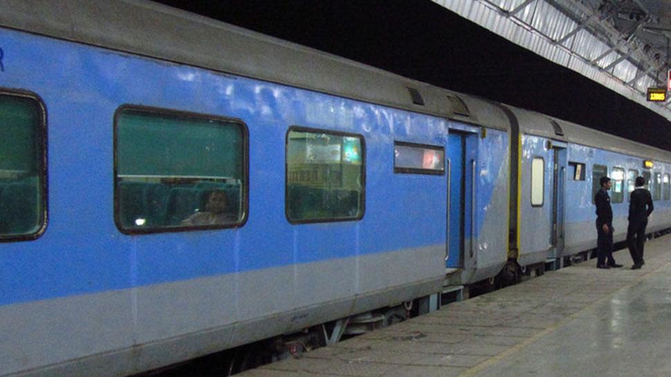शताब्दी में खाना खाने से 33 यात्री बीमार, इलाज के लिए 1 घंटा रुकी ट्रेन