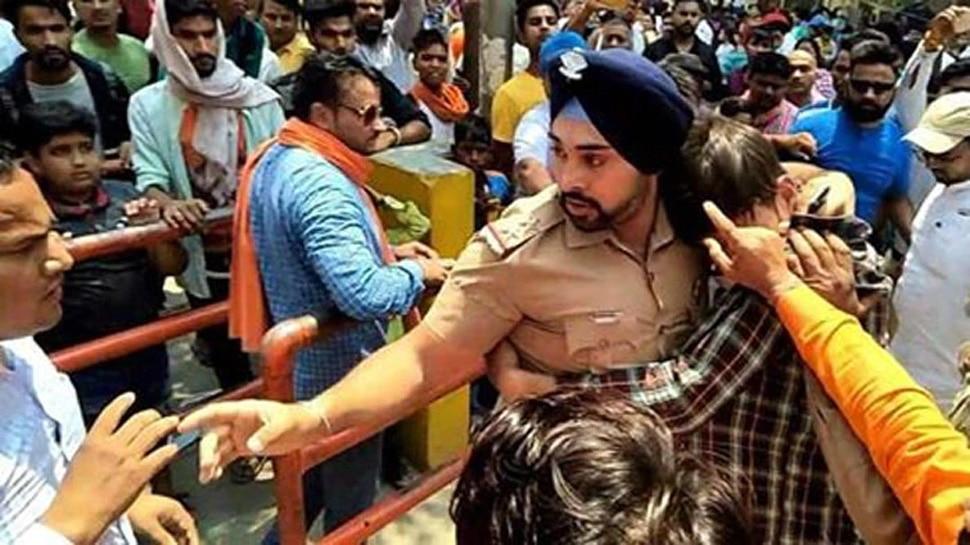 VIDEO: मुस्लिम लड़के को बचाने के लिए भीड़ से भिड़ गया सिख पुलिसकर्मी, लोग कर रहे बहादुरी को सलाम
