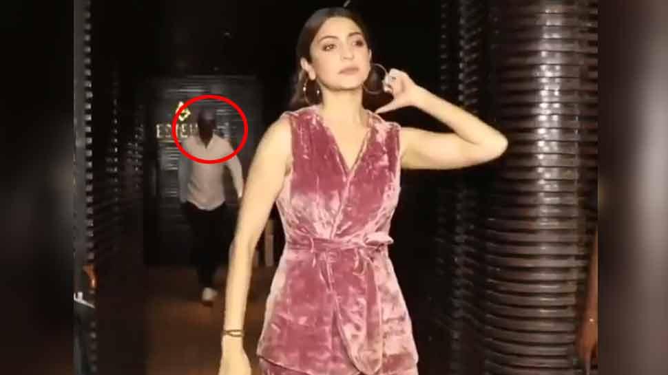 VIDEO: अनुष्का शर्मा खिंचवा रही थीं फोटो, पीछे से इस Actor ने किया कुछ ऐसा...