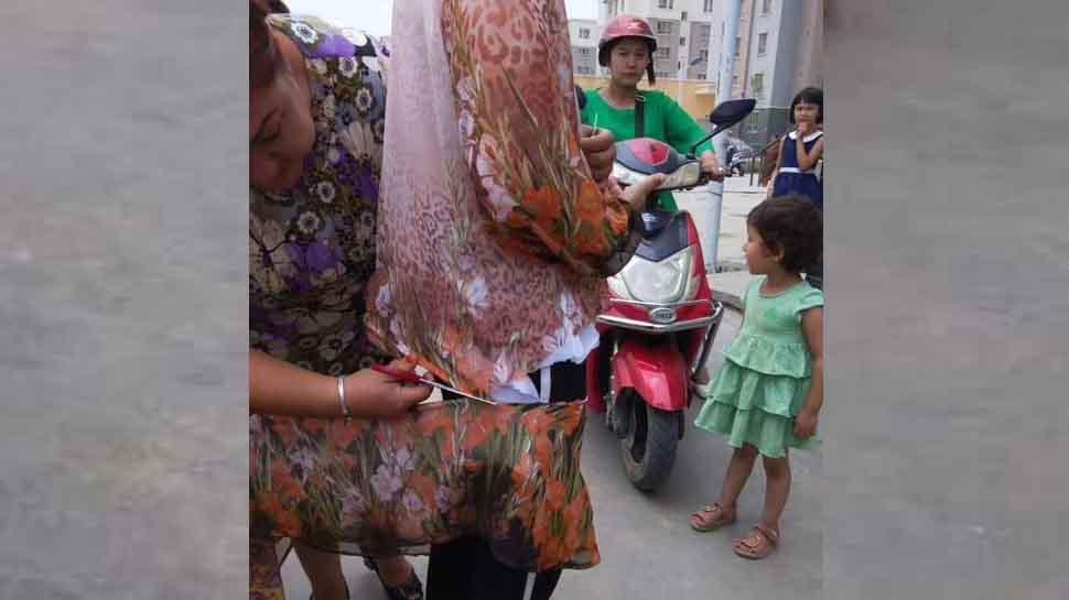 चीन की पुलिस ने सड़क पर ही काट दिए मुस्लिम महिलाओं के कपड़े, ये थी वजह