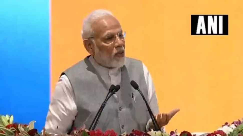 उद्योगपतियों को चोर-लुटेरा कहना गलत, नीयत साफ हो तो किसी के साथ खड़े होने से दाग नहीं लगते: PM मोदी