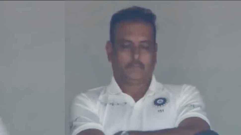 VIDEO : सोते हुए पकड़े गए रवि शास्त्री, कमेंटेटर ने पूछा तो योगा का किया इशारा