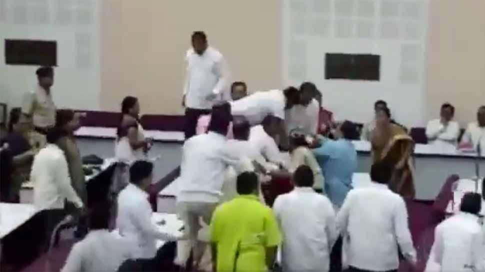 VIDEO : ओवैसी के पार्षद ने वाजपेयी को श्रद्धांजलि देने का किया विरोध, भाजपा पार्षदों ने की पिटाई