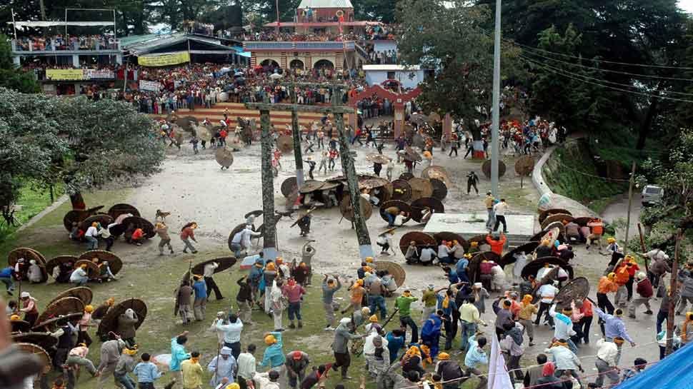 VIDEO: अजीब है उत्तराखंड के इस मंदिर की प्रथा, पत्थरबाजी करके मनाया जाता है रक्षाबंधन