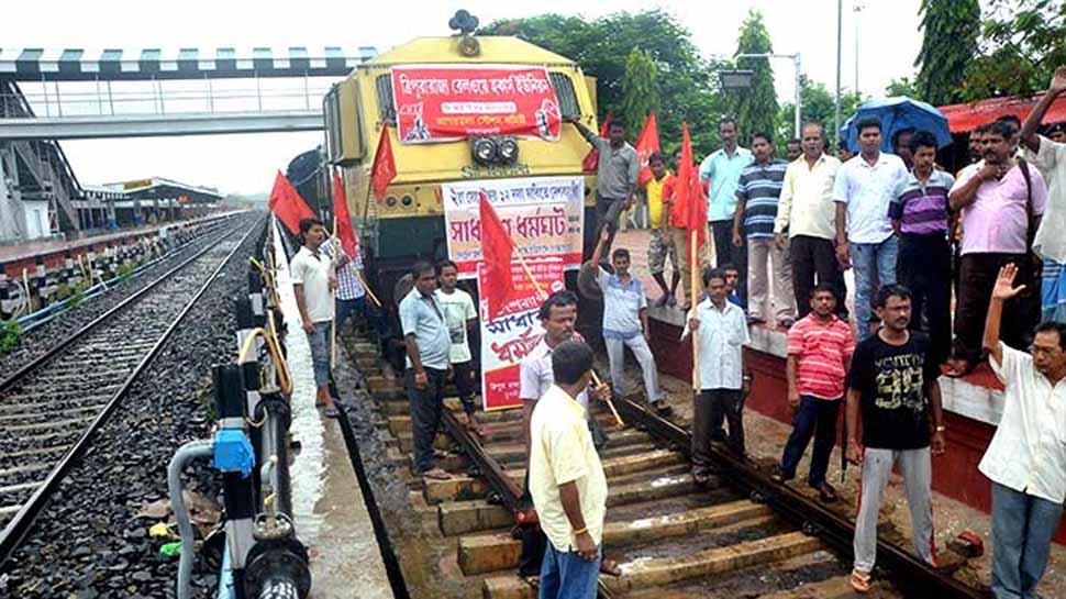पश्चिम बंगाल में प्रदर्शन से ट्रेन सेवा प्रभावित