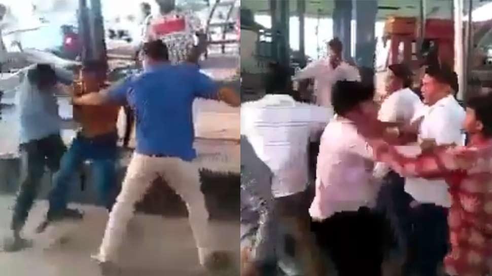 VIDEO: टोल टैक्स को लेकर भिड़े कार सवार और टोल कर्मी, जमकर चले लात-घूंसे