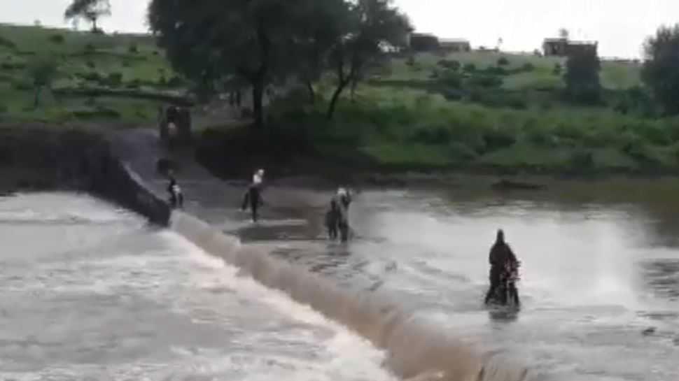 कोटा: बिना पुल जान जोखिम में डाल पार करते हैं लोग अंधेरी नदी, प्रशासन बेखबर...
