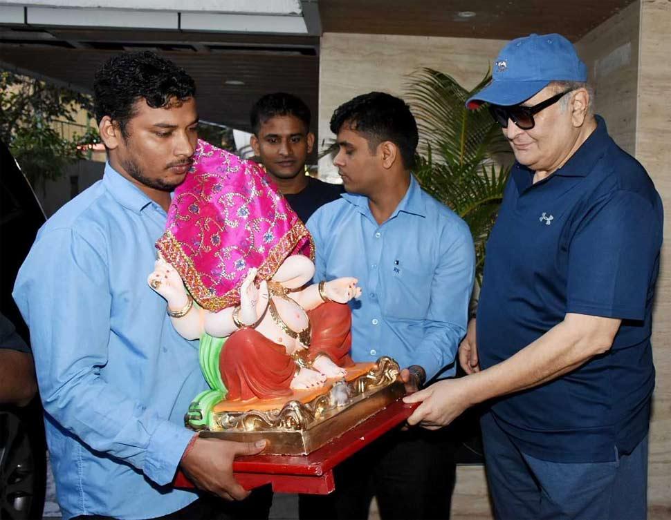 Rishi kapoor Bring small Ganesha at home