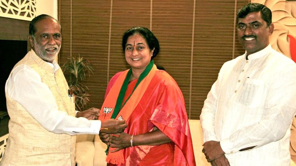तेलंगाना: कांग्रेस के वरिष्ठ नेता की पत्नी सुबह बीजेपी में शामिल हुईं, देर रात फिर कांग्रेस में लौटीं