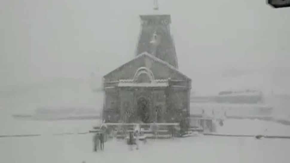 VIDEO : बर्फ की सफेद चादर से ढका केदारनाथ धाम, बर्फबारी से कश्मीर घाटी भी हुई और खूबसूरत